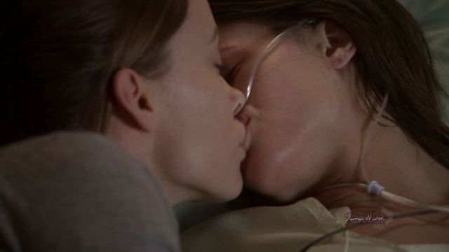 20 Awesome lesbian kisses of celebrities