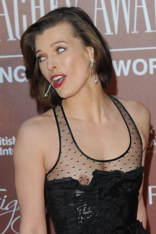 gallery enlarged milla jovovich nipple slip 01 528x792 Top 40 flagras de peitinhos de famosas conhecidas no mundo