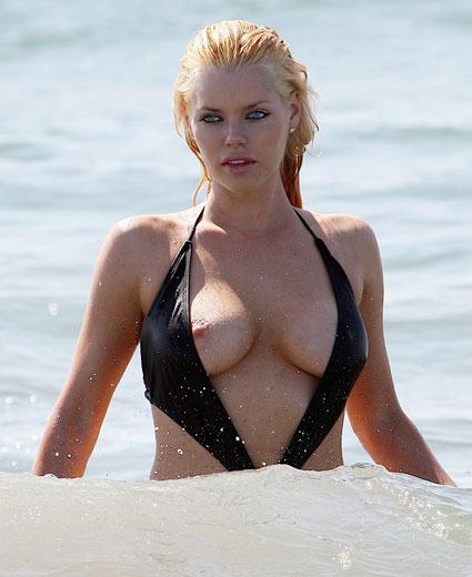 Smile0. Софи Монк ненароком засветила свою грудь на пляже.